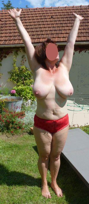Бабуля с отвисшими сиськами загорает в саду 8 фото