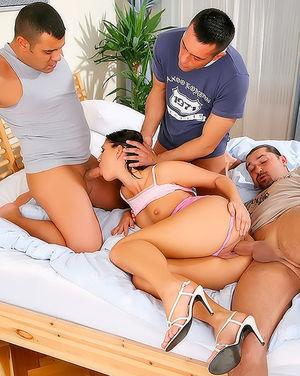 Трое мужиков трахают грудастую брюнетку 7 фото