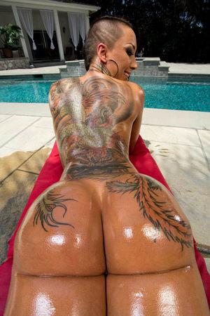 Телка с большой попой и татуировками 18 фото