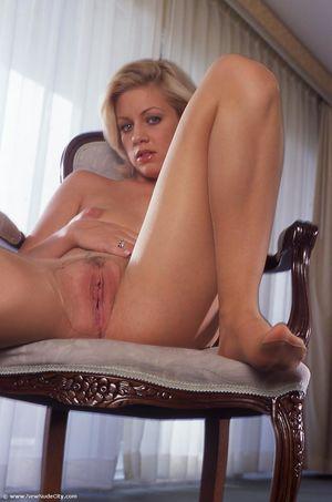 Эротическая фотосессия блондинки в колготках 4 фото