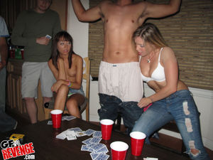 Девушки проиграли себя в карты 5 фото