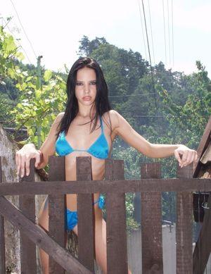 Подтянутая брюнетка в купальнике демонстрирует свои прелести 8 фото