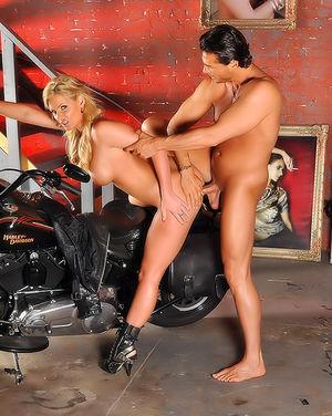 Блондинка трахнулась с байкером в попу 9 фото