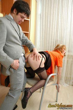 Русская секретарша в чулках занялась сексом со своим начальником 16 фото