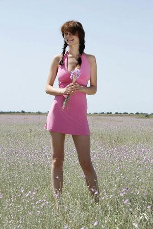 Фото худой девушки в степи. 4 фото
