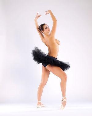 Балерина в чёрной пачке демонстрирует свою классную гладкую пилотку 5 фото