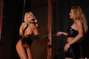 Лесбиянка доминирует над секси блондинкой 3 фото