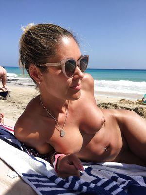 36-летняя блондинка делает эротические фото на отдыхе 8 фото