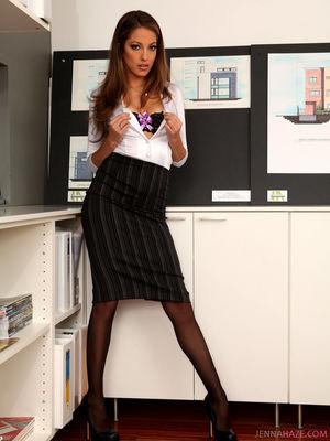 В офисе тридцатилетняя стройная секретарша демонстрирует крутые прелести 3 фото