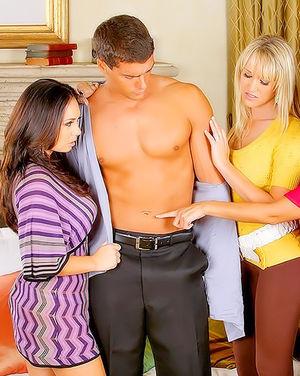 Две девки вызвали мужика с большим членом своей подруге.
