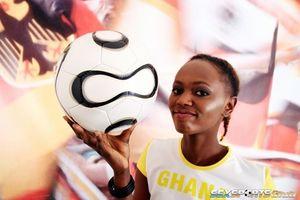 Негритянка фоткается, чтобы привлечь спонсоров к женскому футболу 12 фото
