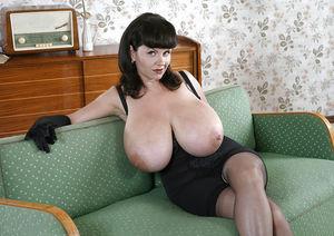 Зрелая брюнетка с гигантскими титьками. 1 фото