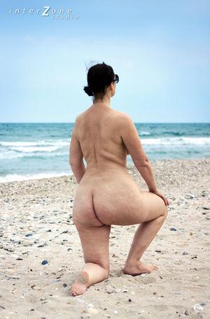 Голая женщина с широкими бедрами на пляже 17 фото