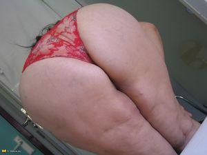 Жирная старая баба мастурбирует с помощью большого кабачка 6 фото