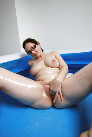 Шаловливая жена трахает себя в надувном бассейне
