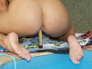 Девушка в купальнике мастурбирует пизду возле бассейна 18 фото