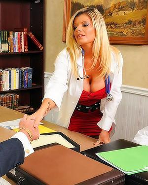 Тридцатилетняя медсестра с силиконовой грудью не устояла перед чарами пациента 3 фото