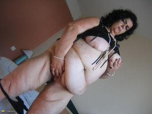 Толстушка нащупала большим дилдо свою пизду 3 фото