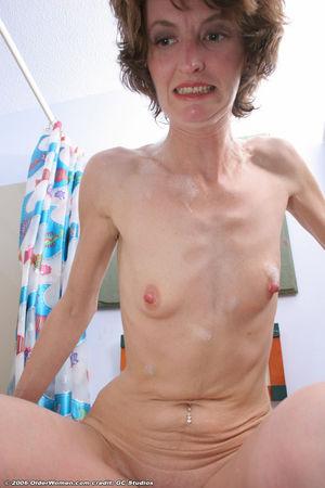Похотливая милфа дрочит в ванной 7 фото