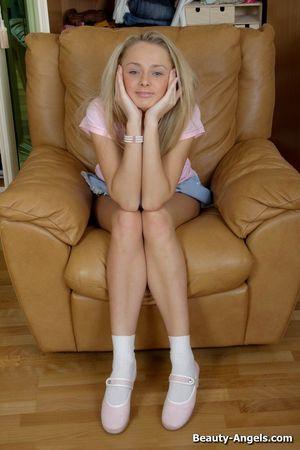 Худая блондинка засунула себе в пизду самотык 2 фото