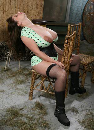Женщина вывалила свою огромную грудь 20 фото