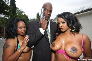 Две сисястые негритянки с большой жопой на черном парне 4 фото