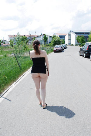 Зрелка делает интимные фото в людных местах