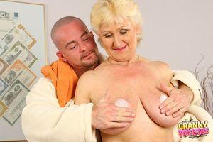 Светловолосая старуха развлекается с молодым любовником. 1 фото