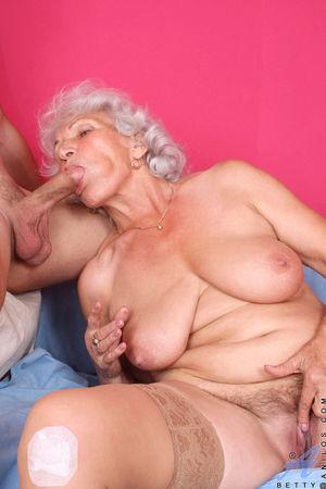 Развратная бабуля любит горячий секс. 7 фото