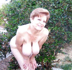 Бабуля без комплексов выставила свои титьки 2 фото
