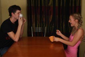 Парень поимел молодую подругу на столе 1 фото