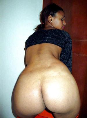 Негритянка с маленьгой грудью и волосатой киской делает любительские фото 6 фото