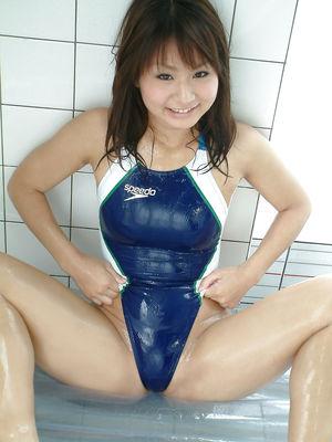 Красивая японка в купальнике 6 фото