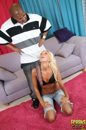 Блондинка приняла в свою киску огромный черный член 10 фото