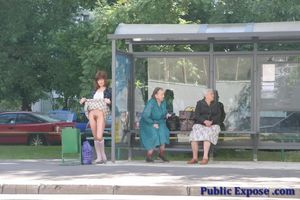 Девушка из России оголяет волосатую пизду в публичных местах 9 фото