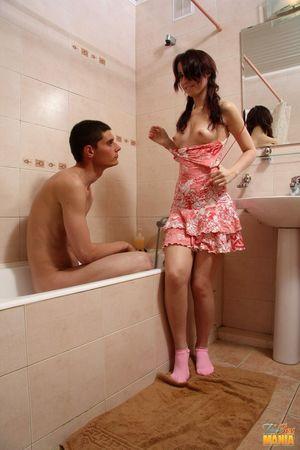 Милашка присоединилась к парню в ванной 3 фото
