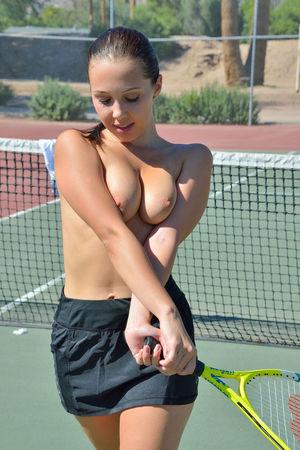 Девка пихает ракетку в свою пизду 6 фото