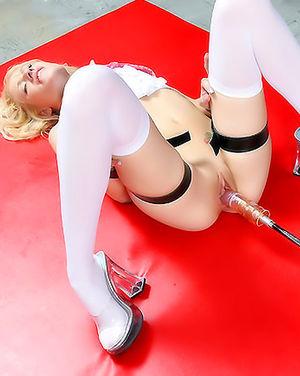Тощая блондинка впервые попробовала секс машину 6 фото