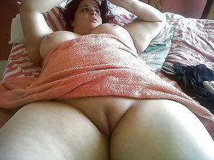 Пухлые тетки показывают свою пизду 4 фото