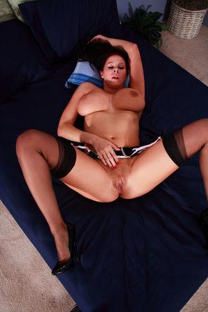 Джианна Майклз мастурбирует у себя в спальне 2 фото