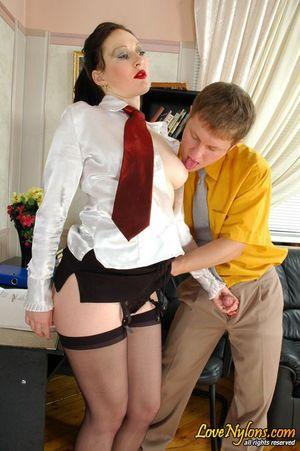Зрелая русская секретарша дала приласкать свою промежность посетителю офиса 13 фото