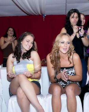 Замечательные девочки в ночном клубе полируют прибор приятного стриптизера 6 фото