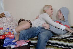 Дал за щеку русской блондинке с красивой попой 3 фото