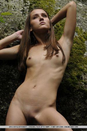 Худая Настя извращается у горной реки 7 фото