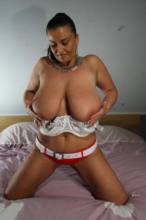 Дамочка с большой грудью ублажает себя фаллосом 7 фото