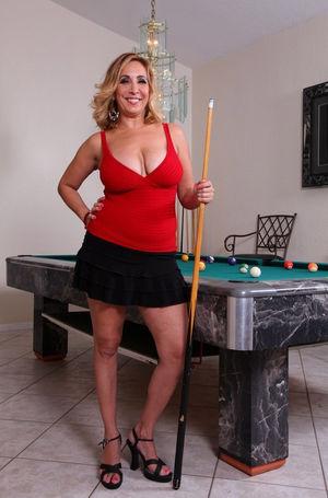 Толстозадая блондинка на бильярдном столе 0 фото