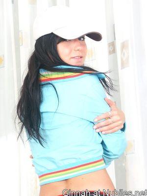 Брюнетка в кепке с гордостью демонстрирует свои большие круглые мойки 3 фото