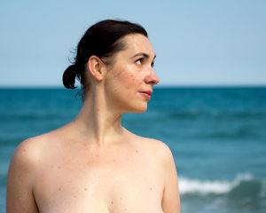 Голая женщина с широкими бедрами на пляже 5 фото