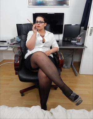 Зрелая секретарша устроила развратную фотосессию 5 фото