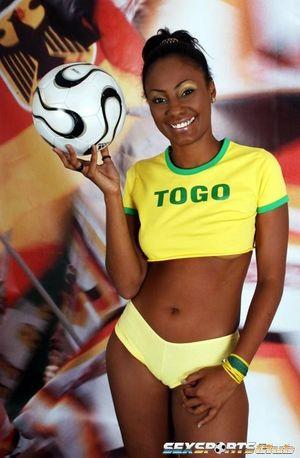 Красивая негритянка в футбольной форме 12 фото